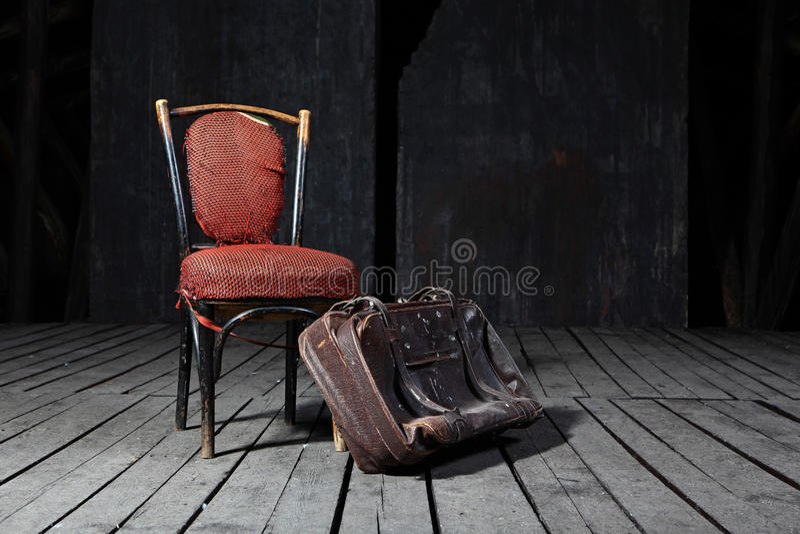 Oude stoel en koffer royalty-vrije stock afbeelding