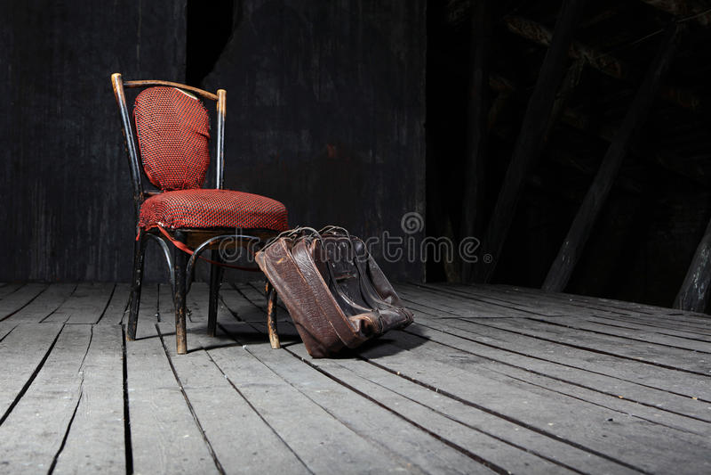 Oude stoel en koffer stock afbeeldingen