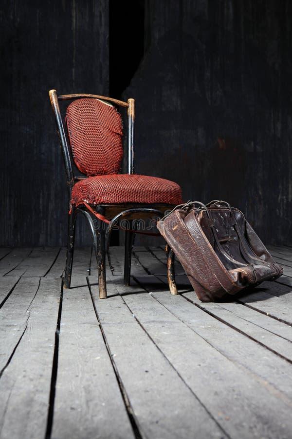 Oude stoel en koffer royalty-vrije stock foto