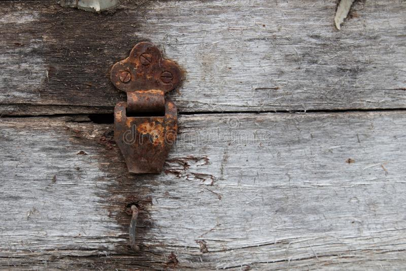 Oude stoffige rustieke scharnier op scharnierdoos op de achtergrond van de grungetextuur Antieke houten borst stock afbeelding