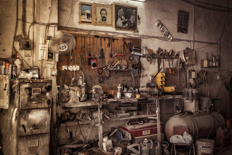 Oude stoffige werktuigkundigenworkshop stock foto