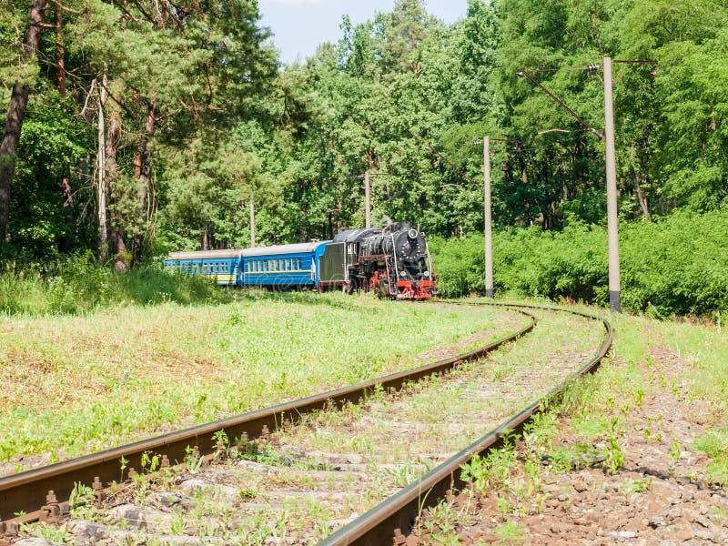 Oude stoomlocomotief met passagierstrein in motie royalty-vrije stock afbeelding