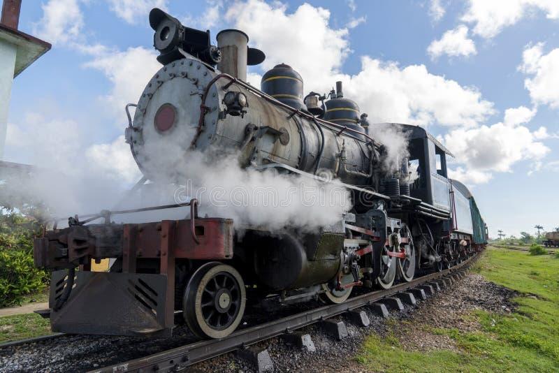 Oude stoomlocomotief of spoorwegtrein die aan het platform aankomen royalty-vrije stock foto's