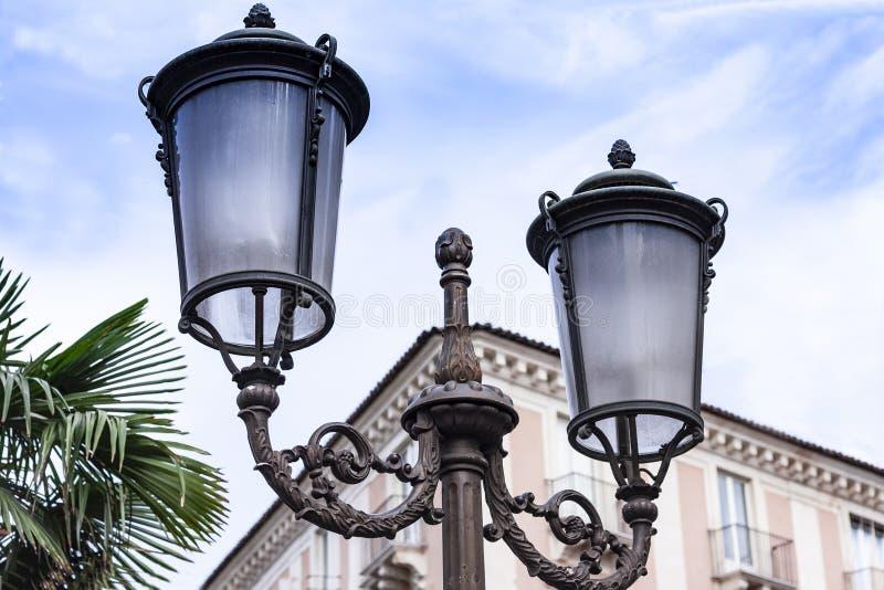 """Oude straat lantaarnpaal†""""uitstekend licht op straten in Catanië, Sicilië, Italië royalty-vrije stock afbeeldingen"""