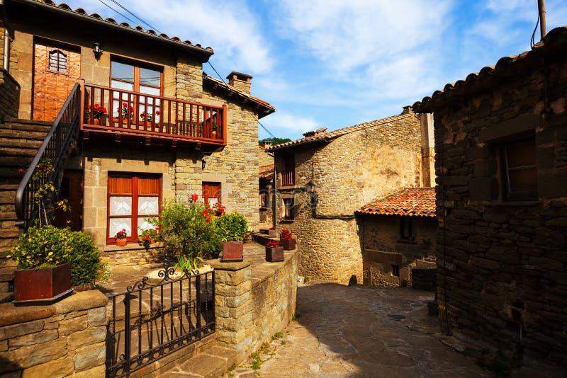 Oude straat in middeleeuws Catalaans dorp royalty-vrije stock afbeelding