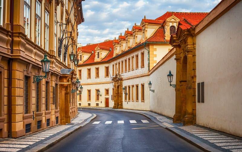 Oude straat onder oude huizen in Praha royalty-vrije stock afbeeldingen
