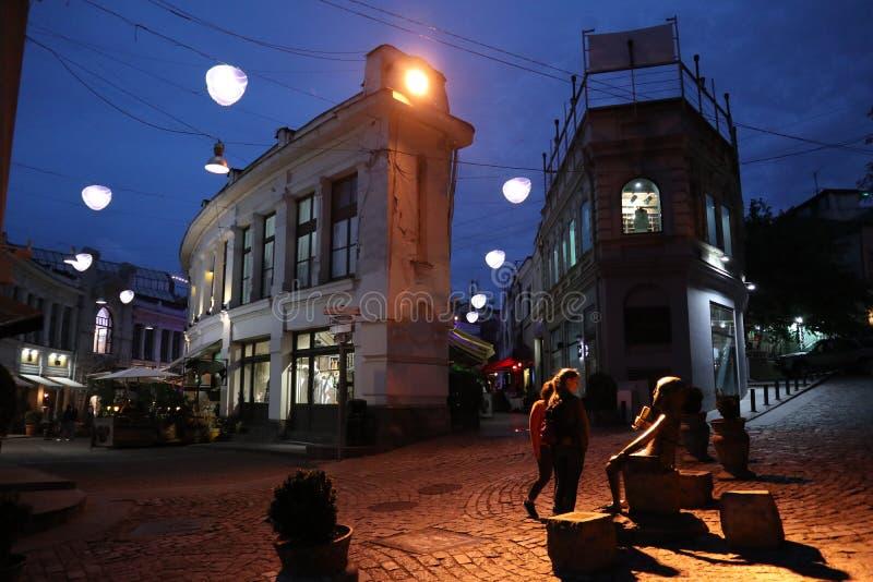 Oude straat in Tbilisi bij nacht stock afbeelding