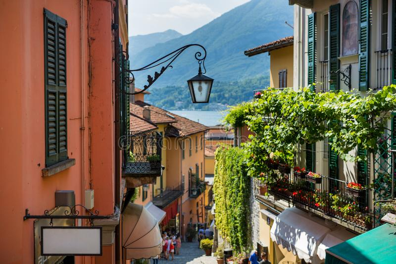 Oude straat van Salita Serbelloni in mooie Bellagio, Como-meer, Itali? royalty-vrije stock fotografie