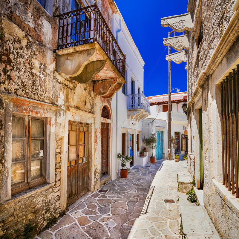 Oude straten van traditionele griekse dorpen naxos eiland stock afbeelding afbeelding 74383443 - Oude griekse decoratie ...