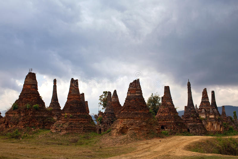 Oude stupas in Sangkar-dorp, Myanmar stock foto's