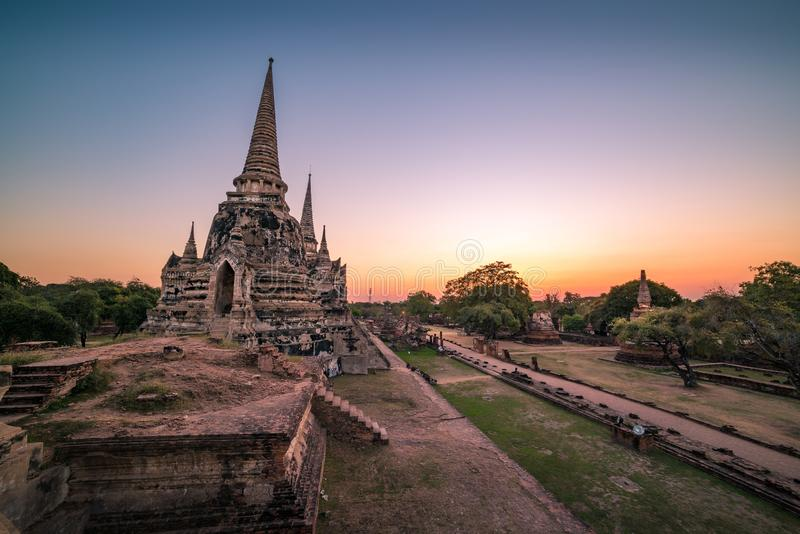 Oude stupas van Wat Phra Si Sanphet bij zonsondergang royalty-vrije stock afbeelding