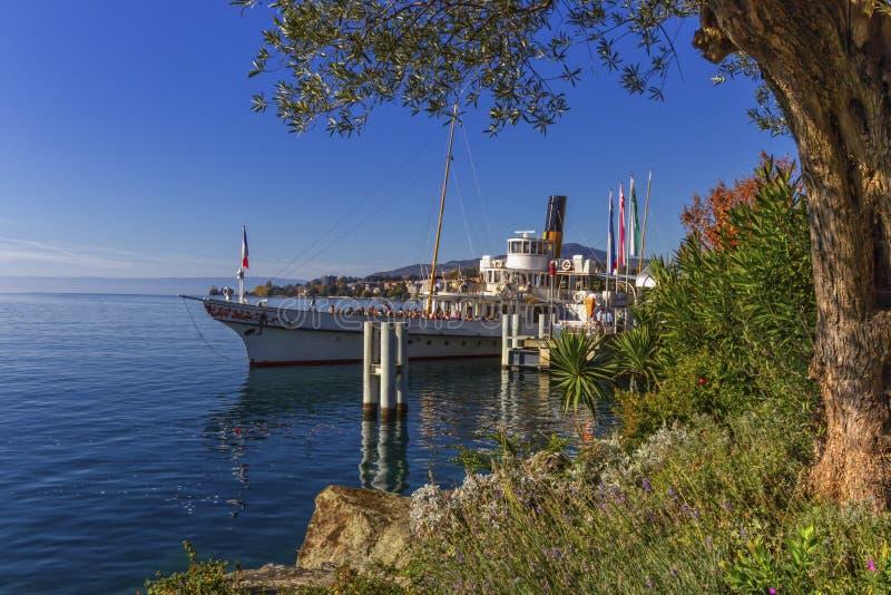 Oude stuurboot op het meer van Genève in Montreux, Zwitserland stock afbeelding