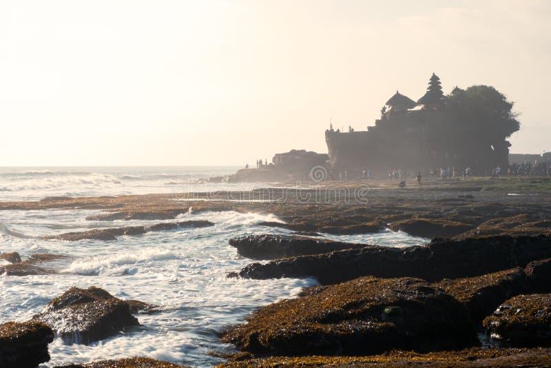 Oude Tanah-Partijtempel op rotsachtige berg bij kustlijn royalty-vrije stock fotografie