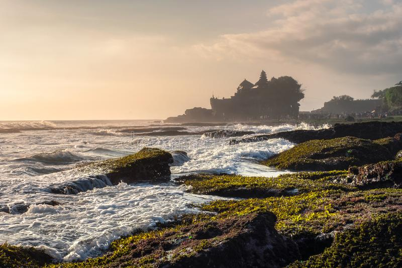 Oude Tanah-Partijtempel op rotsachtige berg bij kustlijn stock foto
