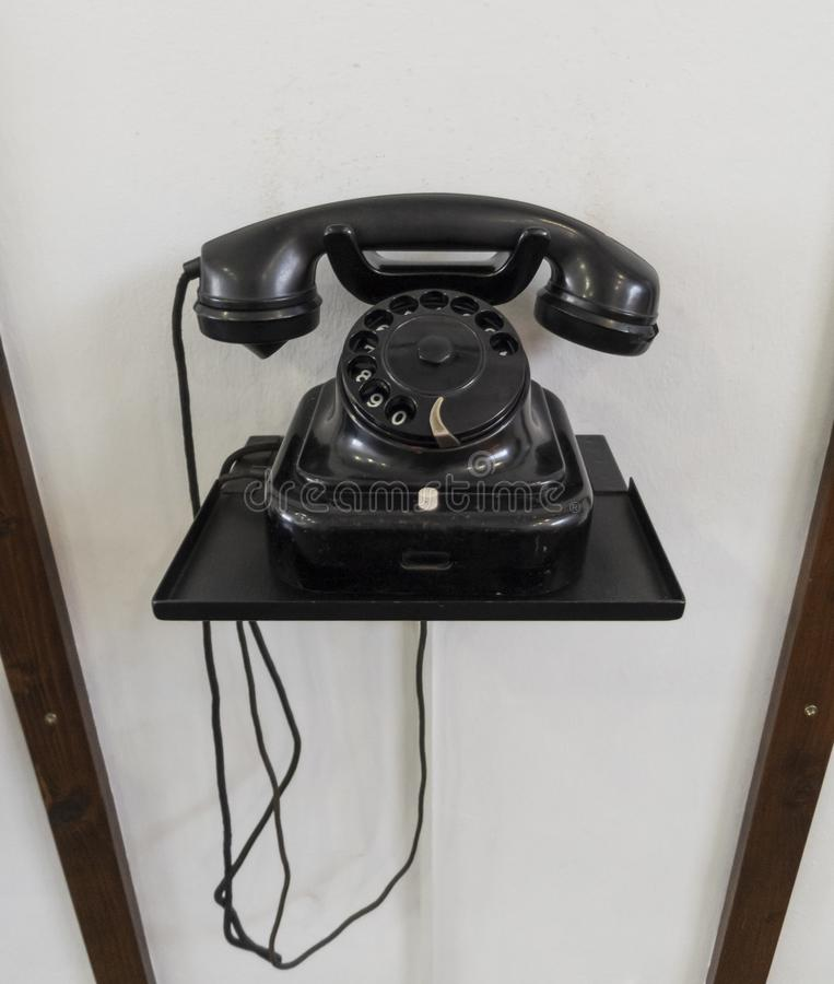 Oude telefoon met analoog roterend toetsenbord stock fotografie