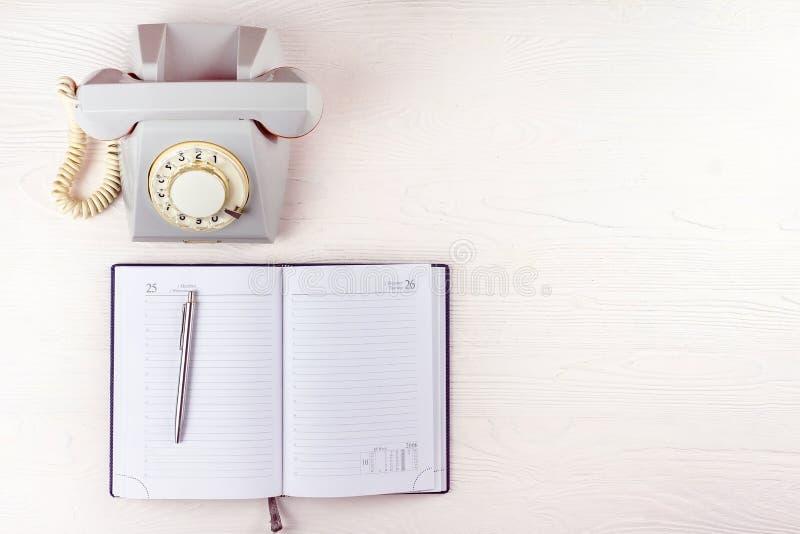 Oude telefoon met een notitieboekje royalty-vrije stock fotografie