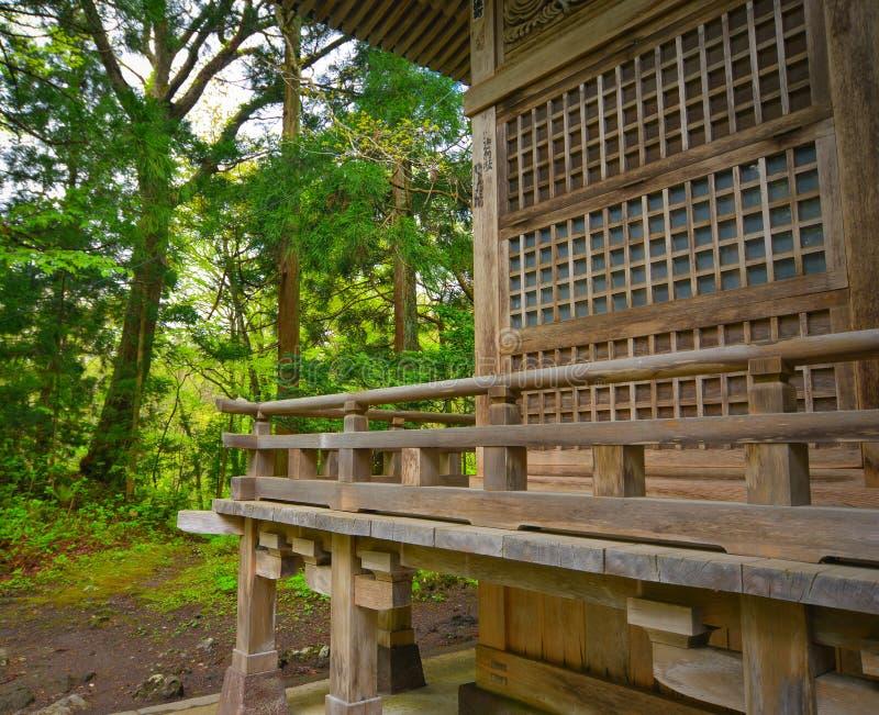 Oude tempel bij bos in Tohoku, Japan stock fotografie