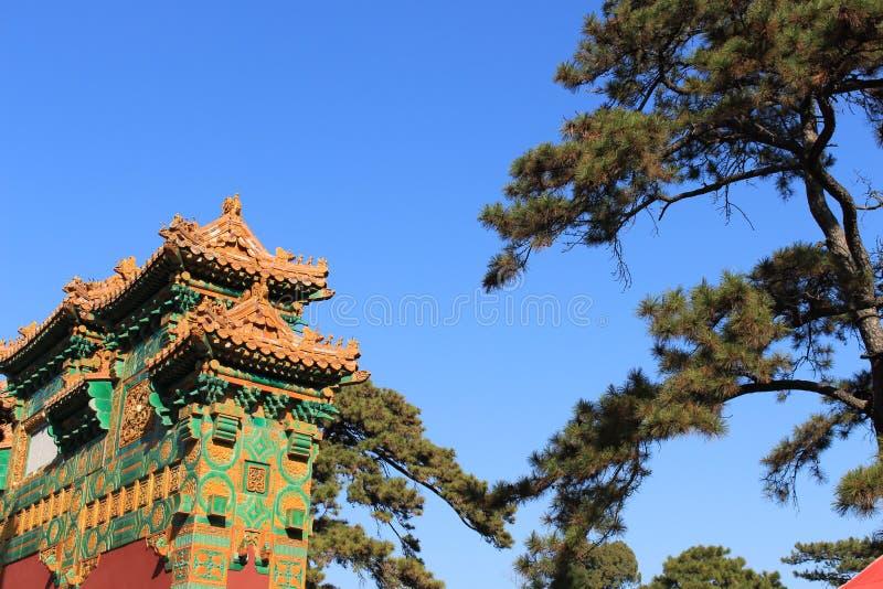 Oude tempel en blauwe hemel royalty-vrije stock afbeelding
