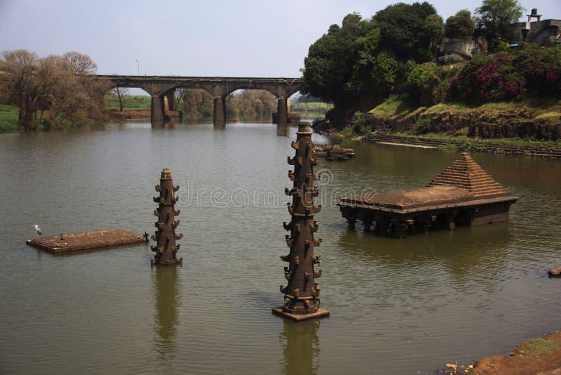 Oude tempel en deepmala, steenstructuur voor lichten, binnenpanchganga-rivier, Kolhapur, Maharashtra stock fotografie