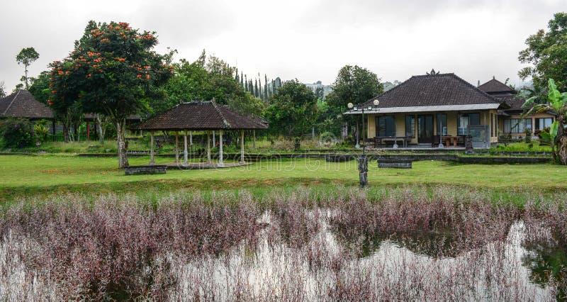 Oude tempel met tuin in Bali, Indonesië royalty-vrije stock foto