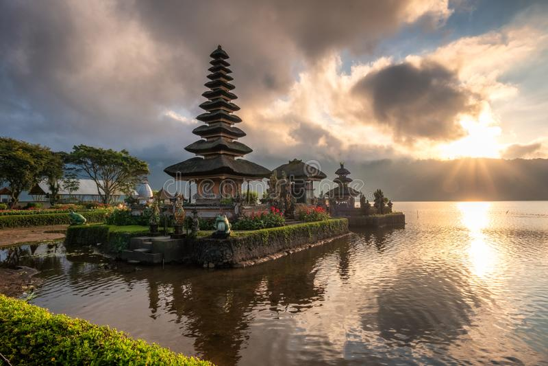 Oude tempel (Pura Ulun Danu Bratan) met zonlicht bij ochtend royalty-vrije stock afbeeldingen