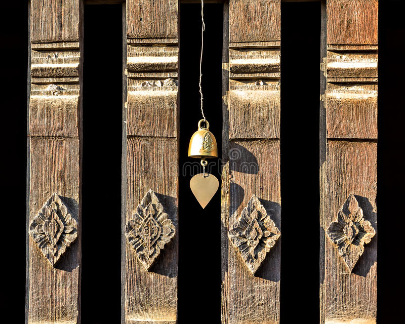 Oude Thaise gravure op houten venster stock afbeeldingen