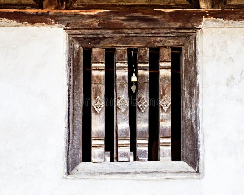 Oude Thaise gravure op houten venster royalty-vrije stock fotografie