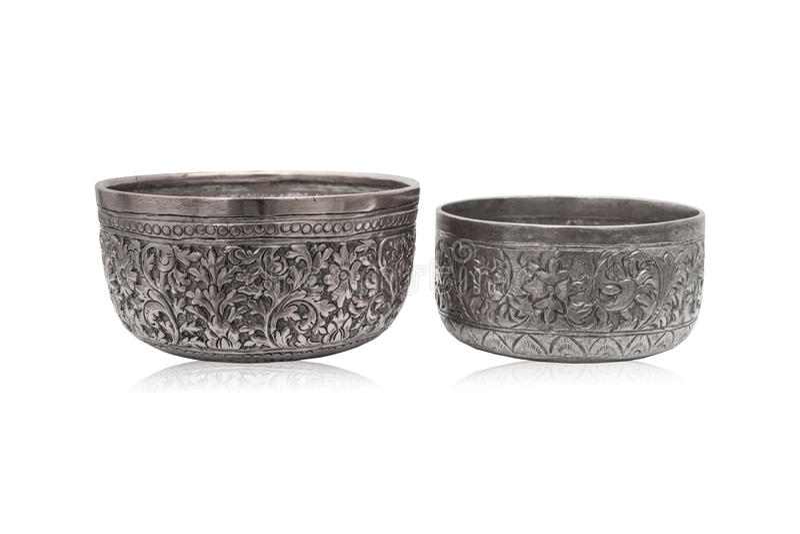 Oude Thaise stijl zilveren kommen stock afbeeldingen