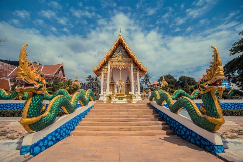 Oude Thaise Tempel Wat Karon De Tempel Phuket, Thailand van Suwankhiri Khet De ingang van draaktreden royalty-vrije stock afbeelding