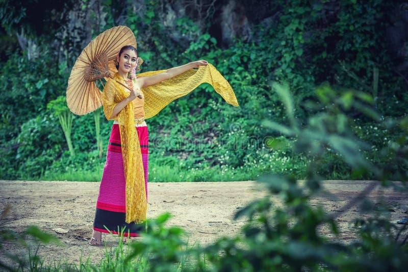 Oude Thaise Vrouw in Traditioneel Kostuum van Thailand stock fotografie