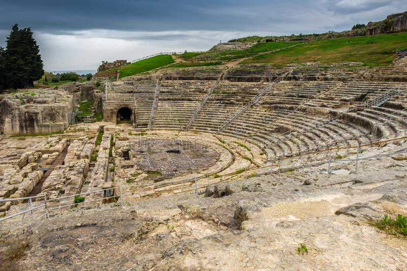 Oude Theater Griekse architectuur in historische stad Syracuse op het Eiland Sicilië, Italië royalty-vrije stock afbeelding