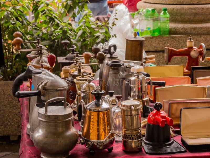 Oude theepotten en koffiekannen stock foto