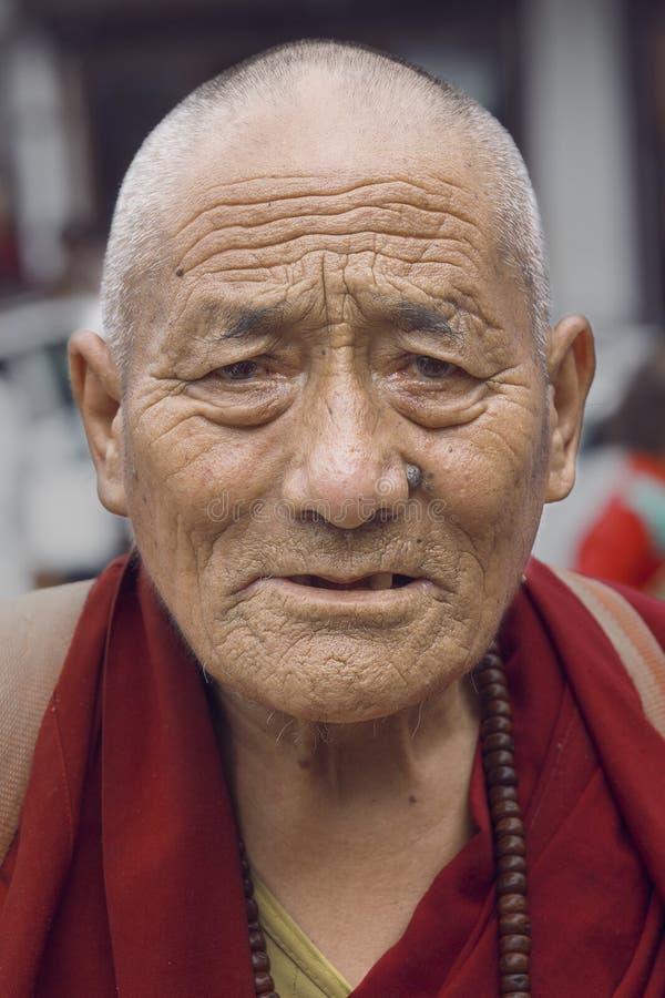 Oude Tibetaanse Boeddhistische monnik in Dharamsala, India royalty-vrije stock afbeelding