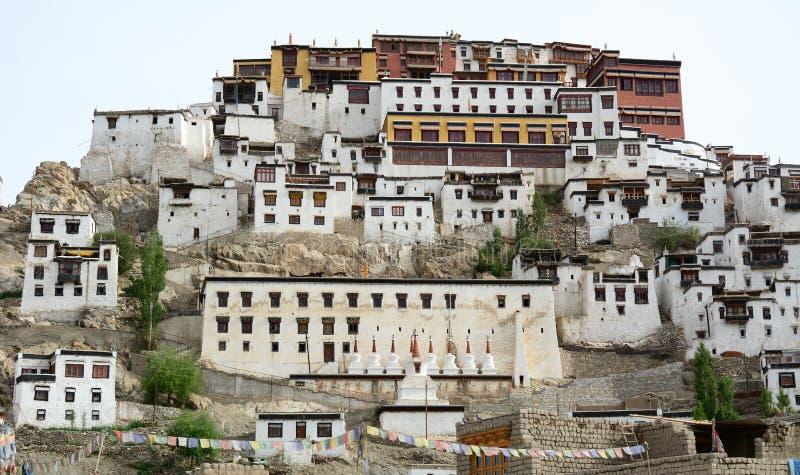 Oude Tibetaanse tempel op berg stock foto