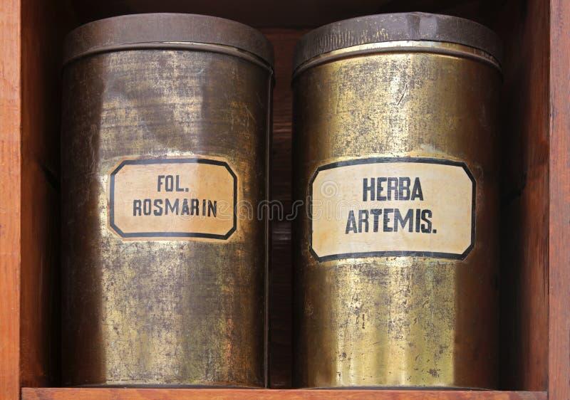 Oude tinblikken met geneeskrachtige kruiden stock afbeelding