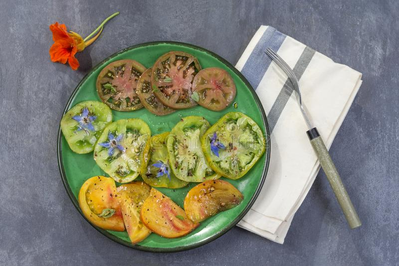 Oude Tomaten Salade van diverse en kleurrijke Oude achtergrond van de tomatenlei stock foto's