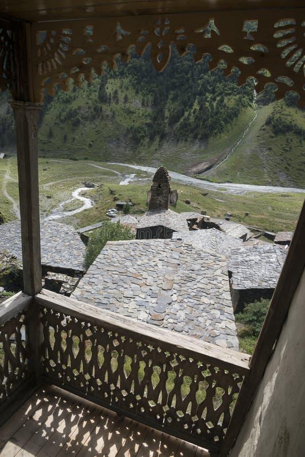 Oude toren en steendaken door tracery houten portiek stock foto's