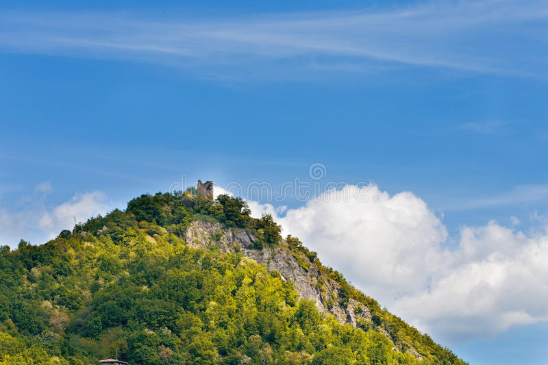 Download Oude toren op de heuvel stock foto. Afbeelding bestaande uit hemel - 54092650