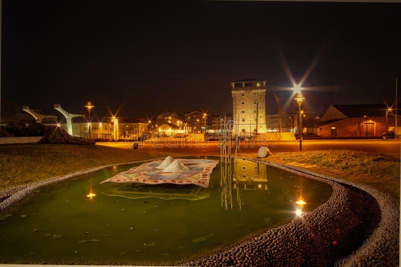 Oude toren op havenkanaal royalty-vrije stock fotografie