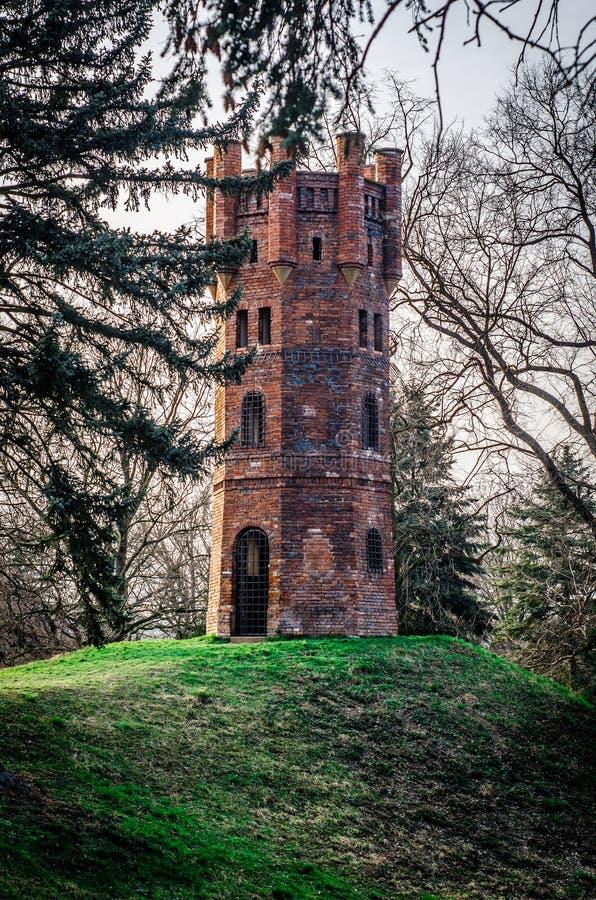 Oude toren op heuvel stock afbeeldingen