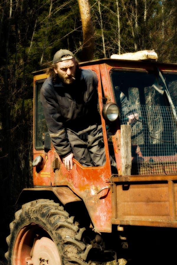 Oude tractor en bestuurder stock foto's