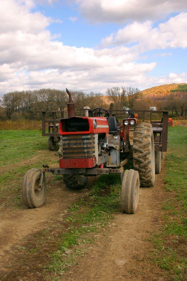 Download Oude Tractor op een Gebied stock foto. Afbeelding bestaande uit land - 294406