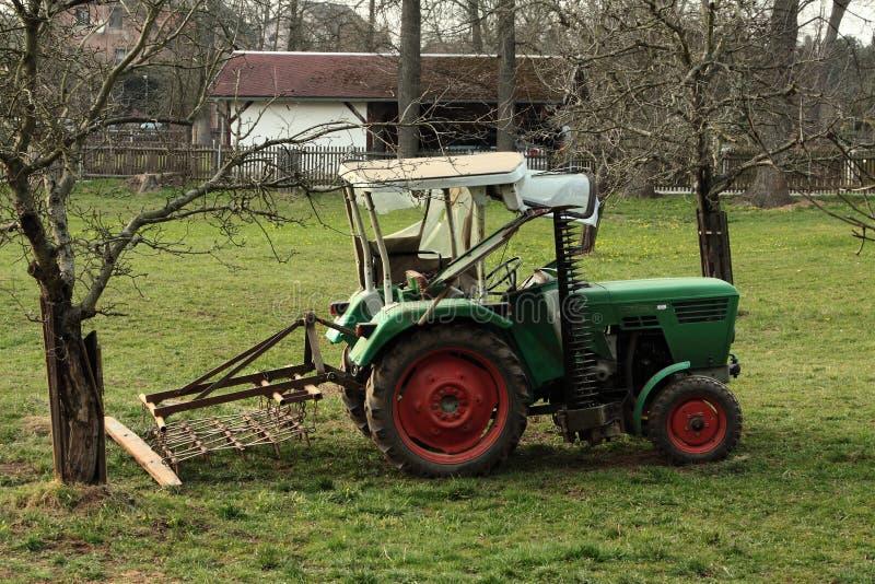 Oude tractor op een landbouwbedrijf royalty-vrije stock fotografie