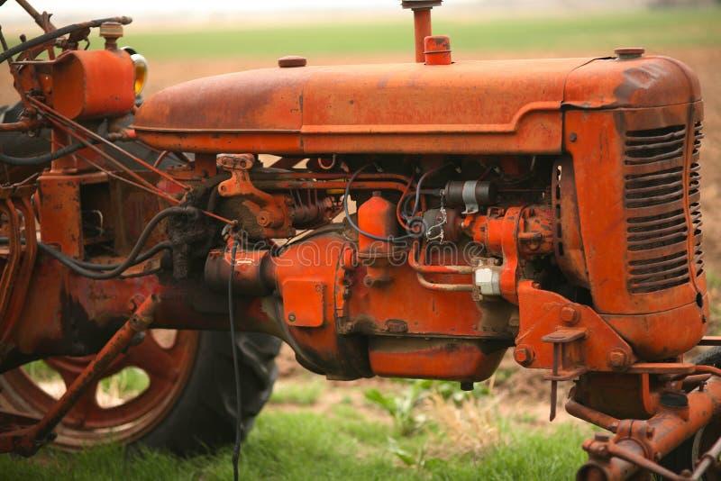 Oude tractor op het landbouwbedrijf royalty-vrije stock fotografie