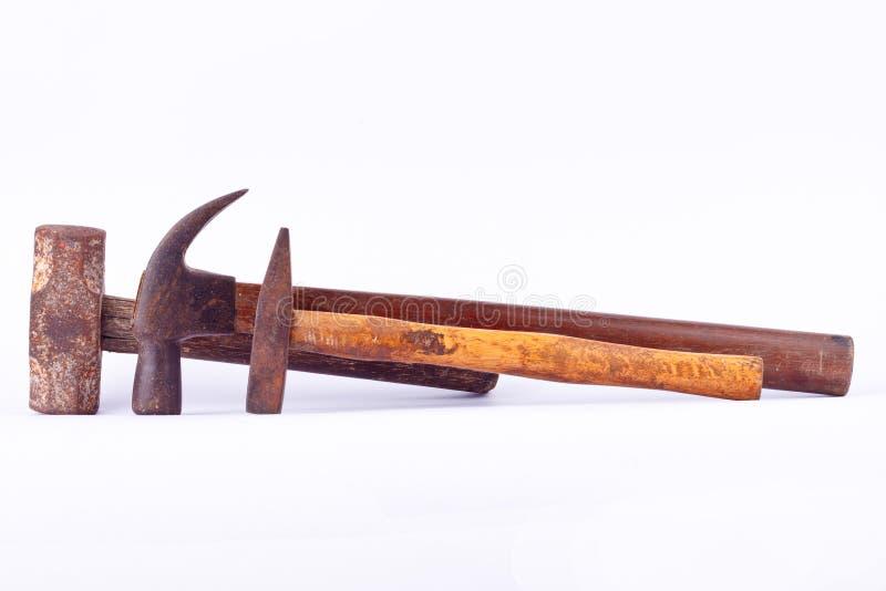 oude Traditionele gebogen die klauwhamer en Kopspijkerhamer en Sleehamer op wit geïsoleerd hulpmiddel wordt gebruikt als achtergr stock foto