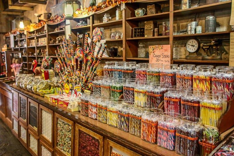 Oude traditionele houten suikergoedwinkel met kleurrijke snoepjes stock fotografie