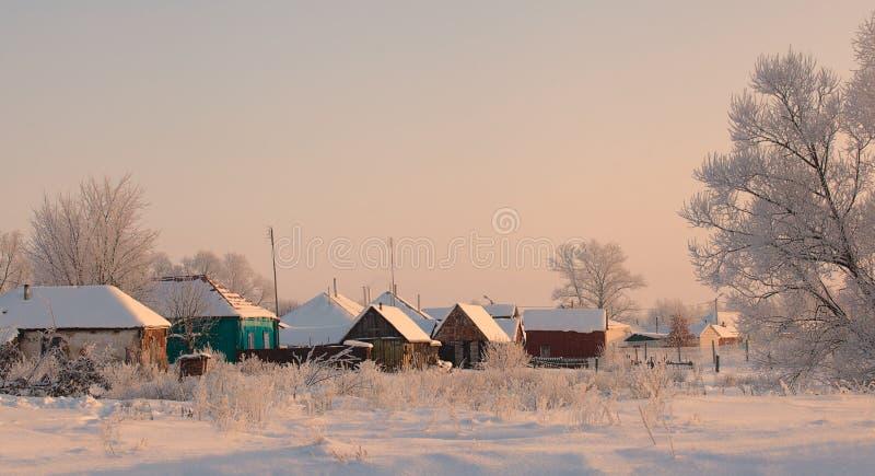 Oude traditionele Russische houten huizen in de sneeuw royalty-vrije stock afbeeldingen