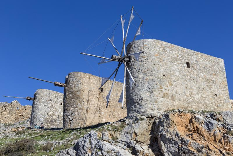 Oude traditionele windmolen in berg Kreta, Griekenland royalty-vrije stock foto's