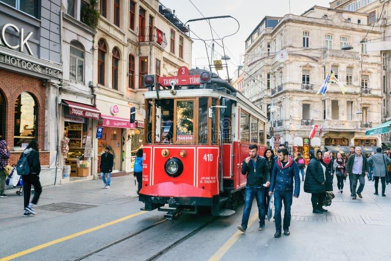 Oude Tram op de Straat van Taksim Istiklal Istanboel Turkije stock foto's
