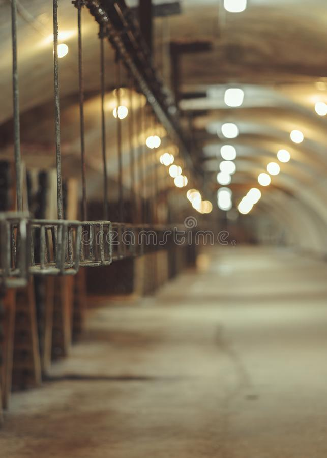 Oude transportbandproductie van champagnewijnen royalty-vrije stock afbeelding